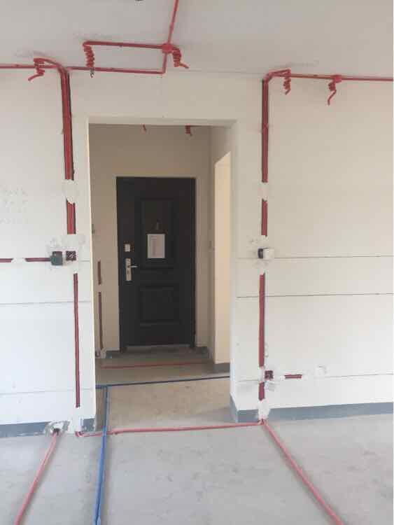 装修水电阶段_橡木色优雅百平三居 简约设计不简单的家_图片1