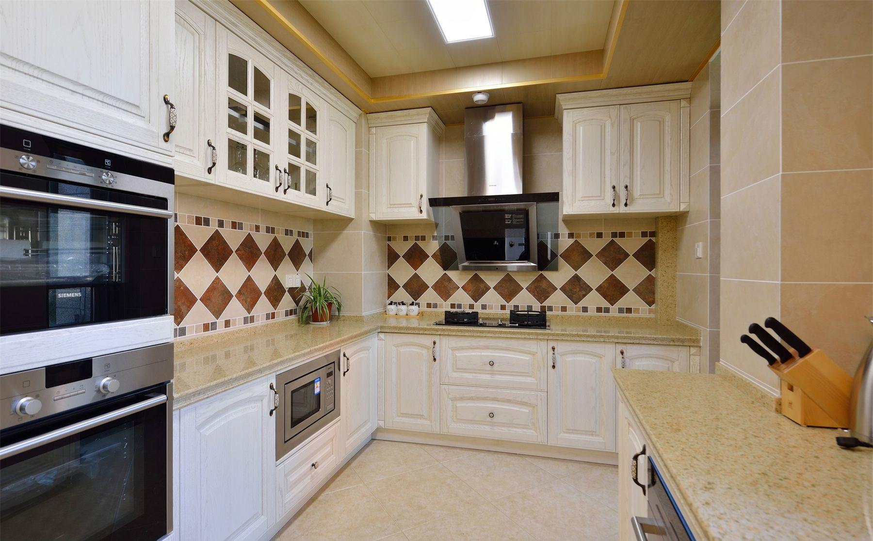 厨房以米黄色为背景,通透明亮,整洁大方的一体式橱柜设计