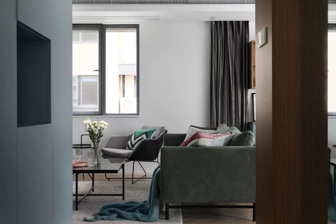 左侧打造成入墙式的玄关柜,灰蓝色与原木的搭配,自然清爽。