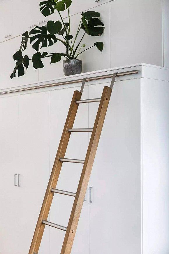工作间的斜对角 / 门口的左手边是一个与层高等高的柜子。因为太高,所以配备了一个可以滑动的梯子。