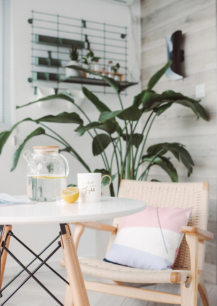 这里是家中最重要的角落,冷静干净的绿色,大量的绿植让家成为自然。