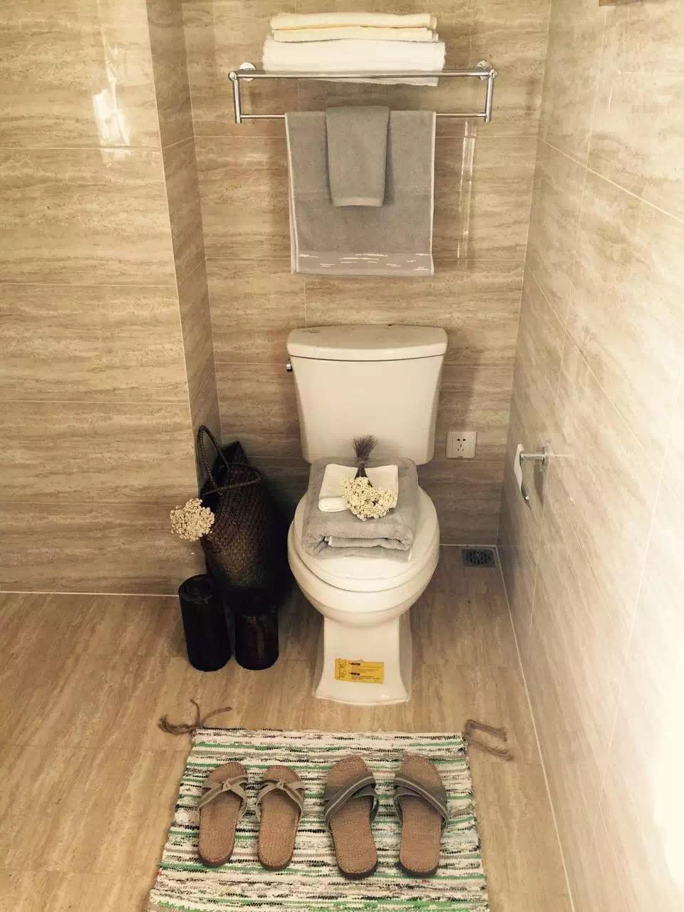 美式风格延续到卫生间,利用几组素净的生活用品,在简单的卫生间中呈现舒适的意境。