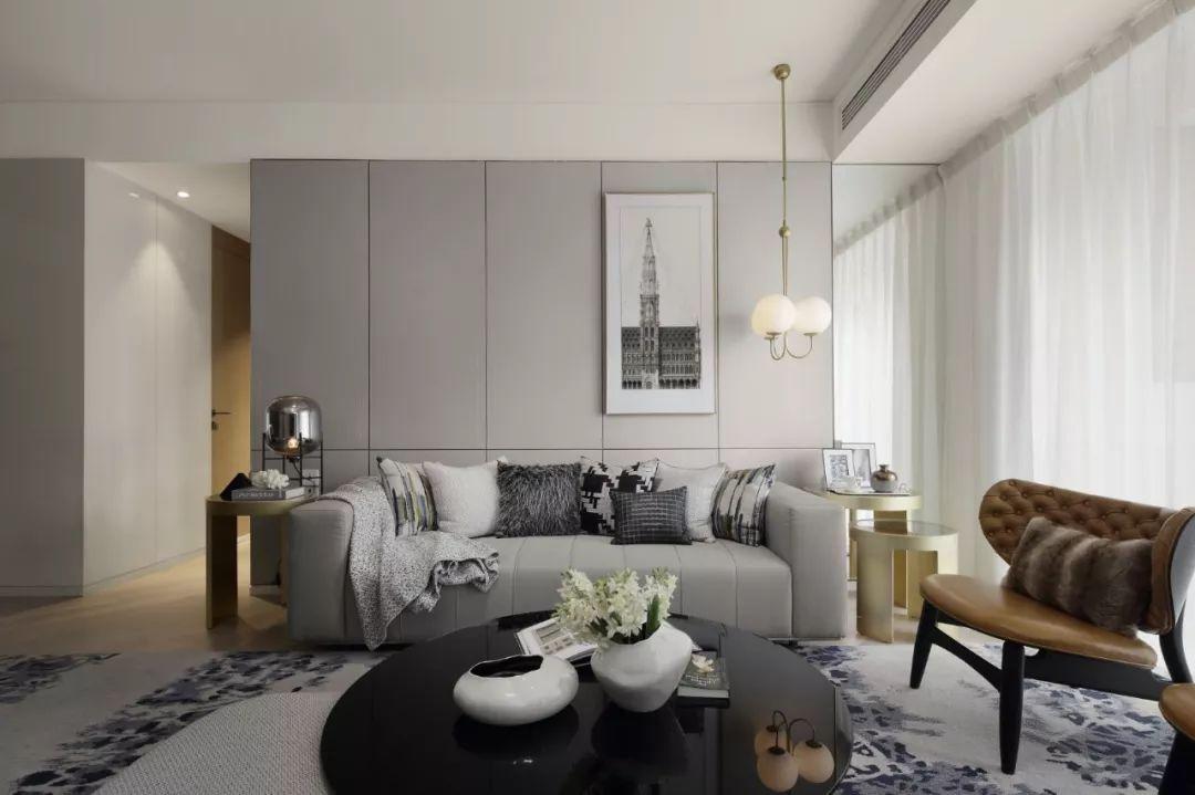 客厅,水银色复古灯具里的暖色豆光,扎实中透着灵动,给银灰色的空间染出一抹热情,在夜的隐秘中守候着家人