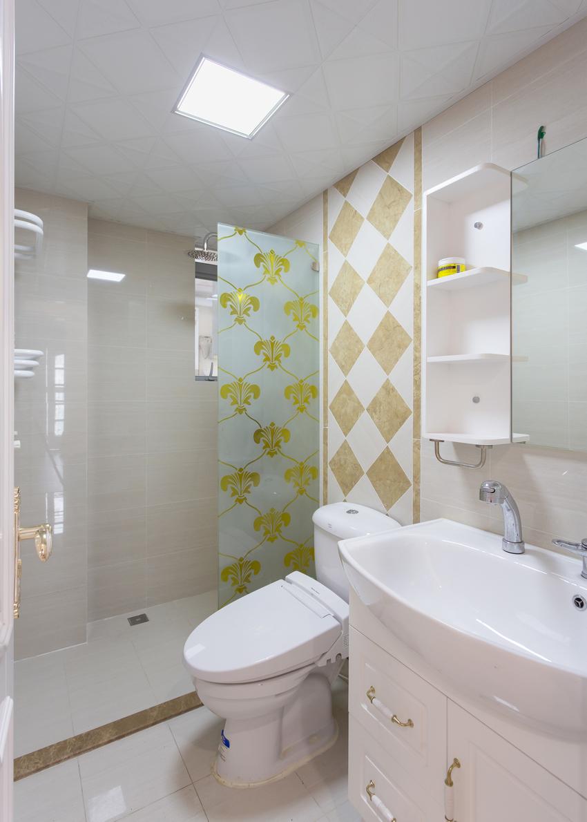 卫生间还是以实用性为主,除了功能性需求,其他的装饰点缀都被省掉了。
