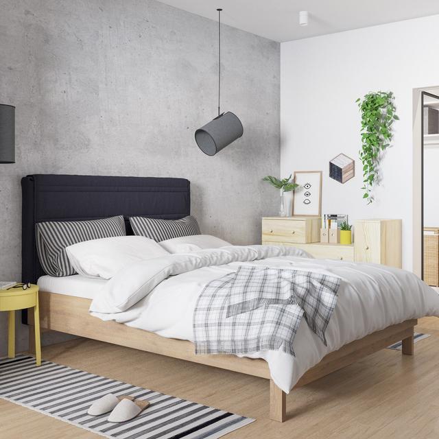 柠檬色的床头两张小圆桌,搭配浅黄色的陈列柜,黑白灰的房间再也没有单调冷酷的气质。