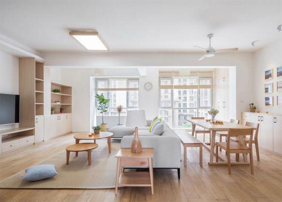餐客一体,餐桌设计背靠沙发,白净木作的家具让室内空间展现出悠闲感。
