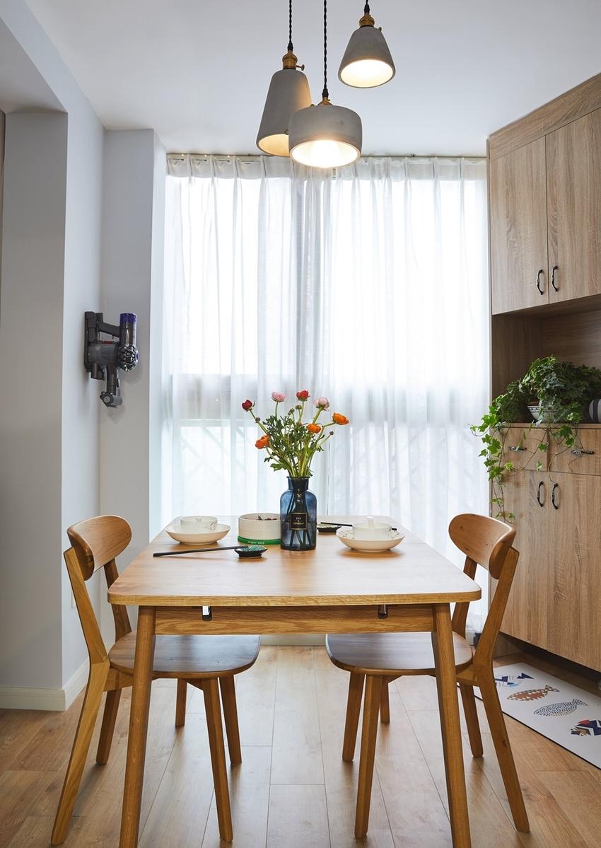 北欧风从不缺少对自然的渴望,简单的餐桌椅不忘记摆放上一瓶橘红的花朵,温馨浪漫,又宁静,让人心生悯爱。