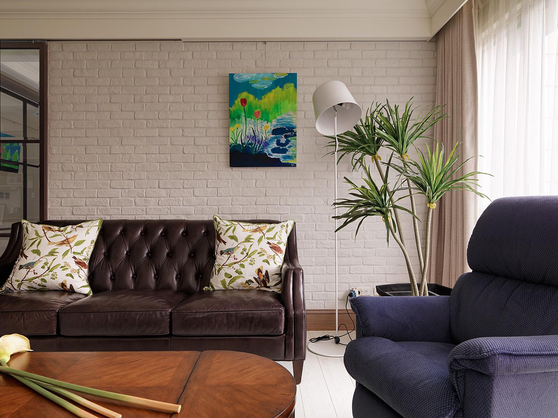 大幅抽象画与白色台灯,让空间充满浪漫艺术气息。