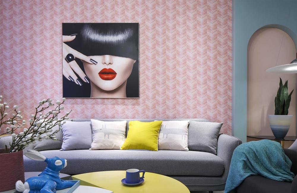 沙发背景墙采用粉色艺术图案打造,下方放置灰色布艺沙发,浓烈的色彩碰撞为居室带来了别致的视觉感受。