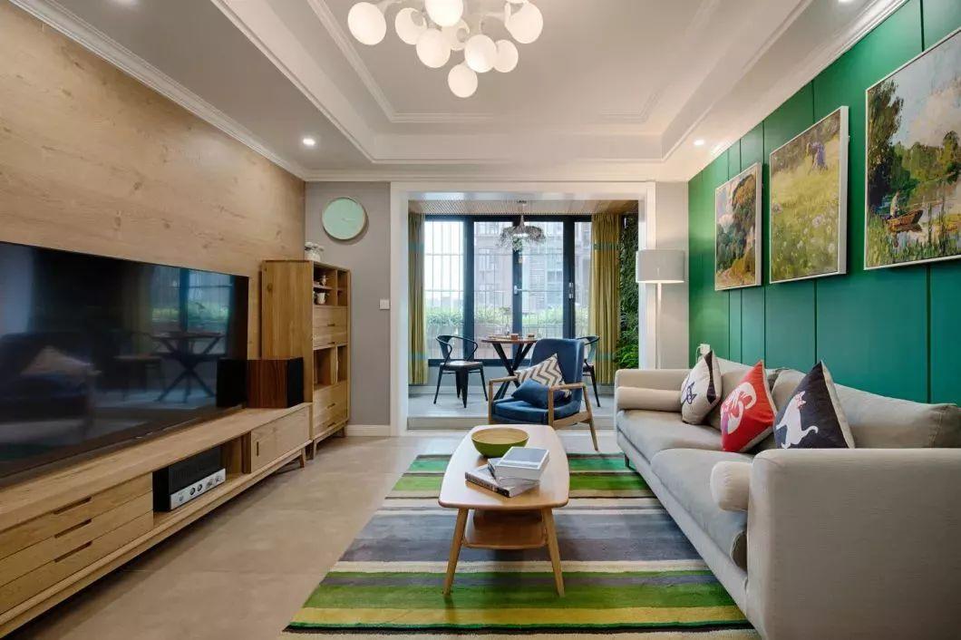 这款电视柜的,和电视背景墙相互呼应,左右两侧的高柜也能满足客厅的各种收纳需求,非常实用。