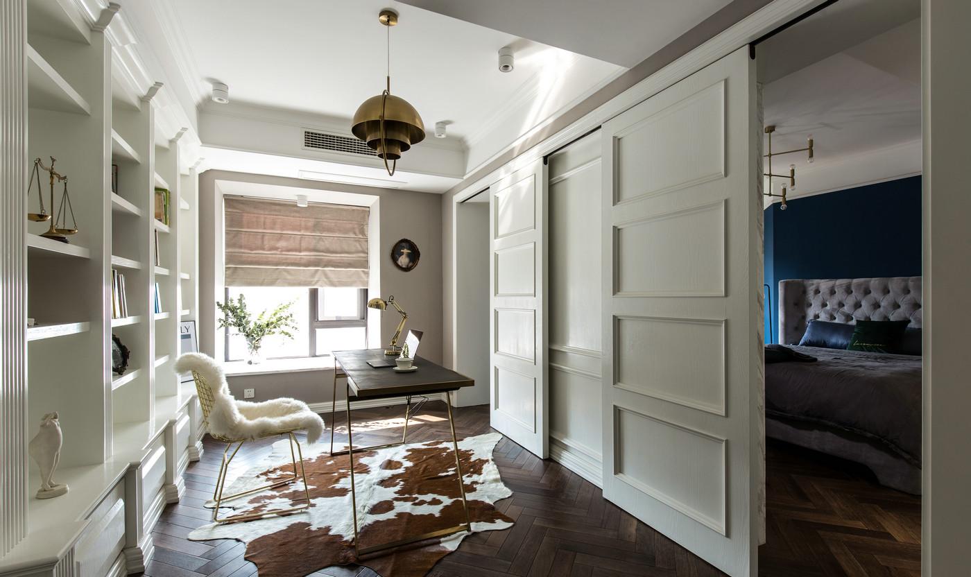 书房以白色基调为主,推拉门采用护墙板造型设计,凸显欧式精致优雅的空间氛围。