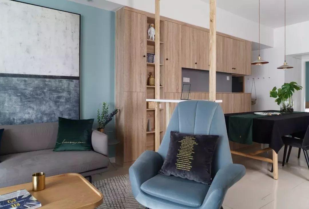 客厅与餐厅之间,用简单的木作隔断架做分区,通透轻巧。