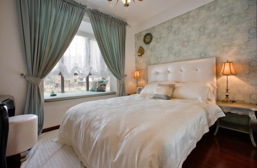 次卧的气质偏清新,灰绿色窗帘奠定基调,与白色共同演绎脱俗欧式。