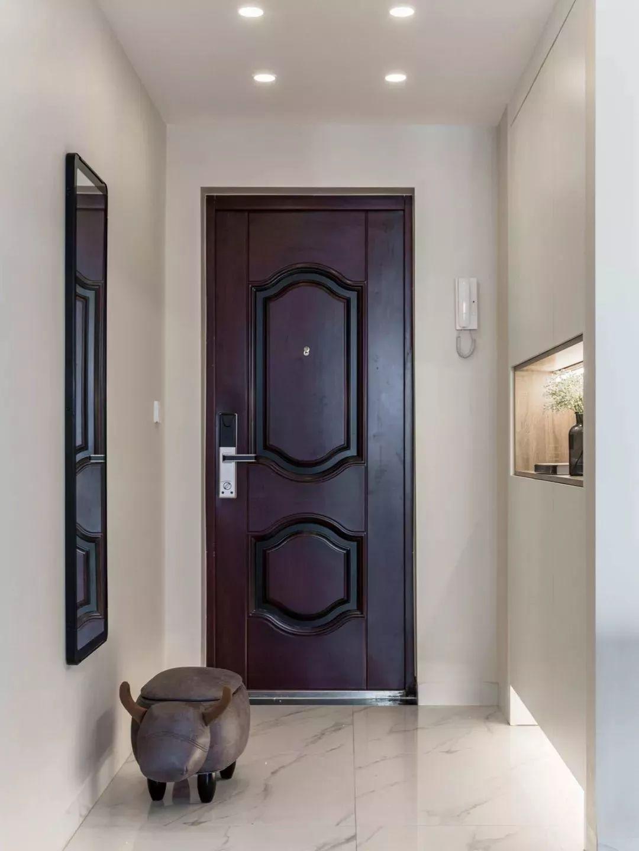 进门玄关利用厨房空间增加嵌入式鞋柜,用于收纳换季和常用的鞋子。