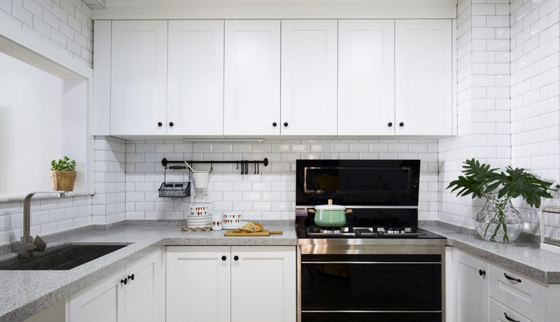 白色墙面砖和黑白大理石面板,让厨房格调变得精英起来。