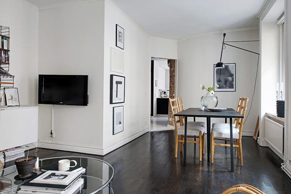 整体空间拥有 57 平米,公寓的外围有个内部庭院,让屋主在繁忙的市中心,