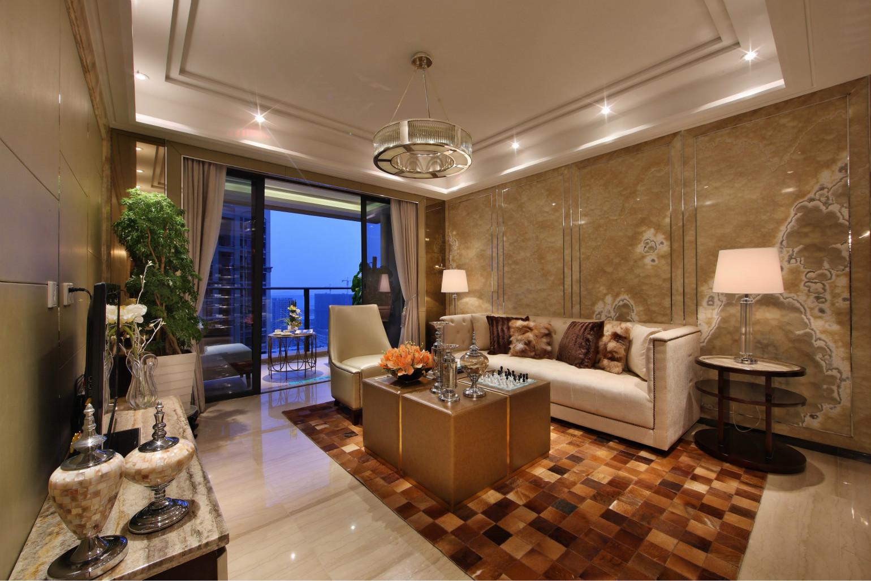 浅色的沙发很是简约,两边台灯很是亮堂