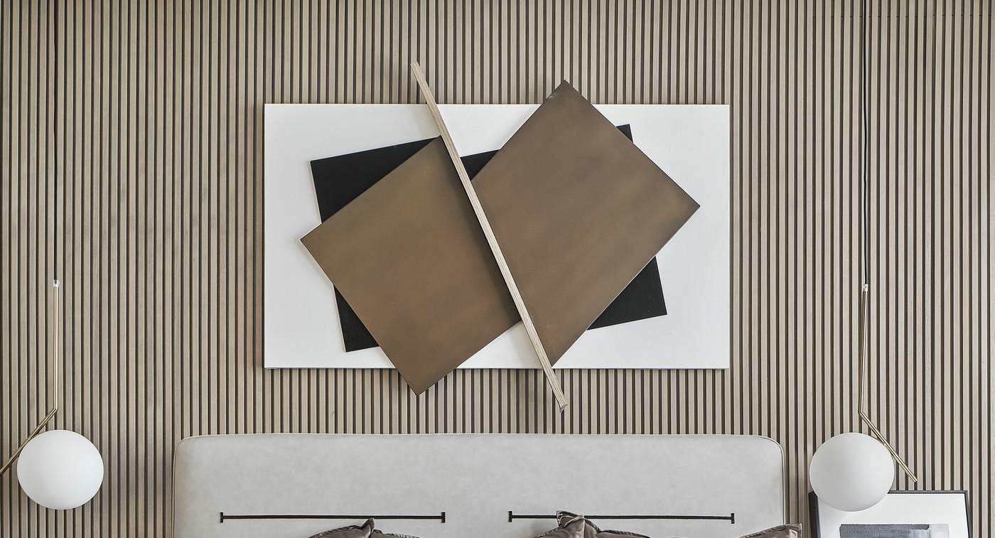 床头背景墙采用格栅板打造,垂吊灯具突出感强烈,整体氛围简约大方。