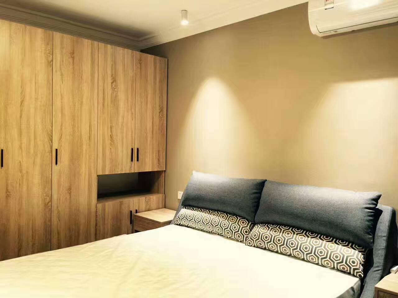卧室作为休息的空间,沿袭了客厅简约、整洁的风格。简单的衣柜,搭配温馨的床品、令人放松的暖黄色的墙纸,