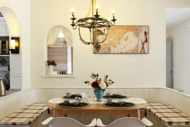 餐厅卡座设计,将空间利用到极致,餐桌上同样用鲜花进行点缀,让用餐变成一种享受。