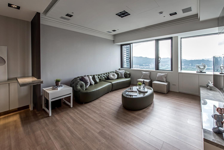 皮质转角沙发,加上整体软包的设计,柔软而舒适,同时整体也有着洁净透亮之感。