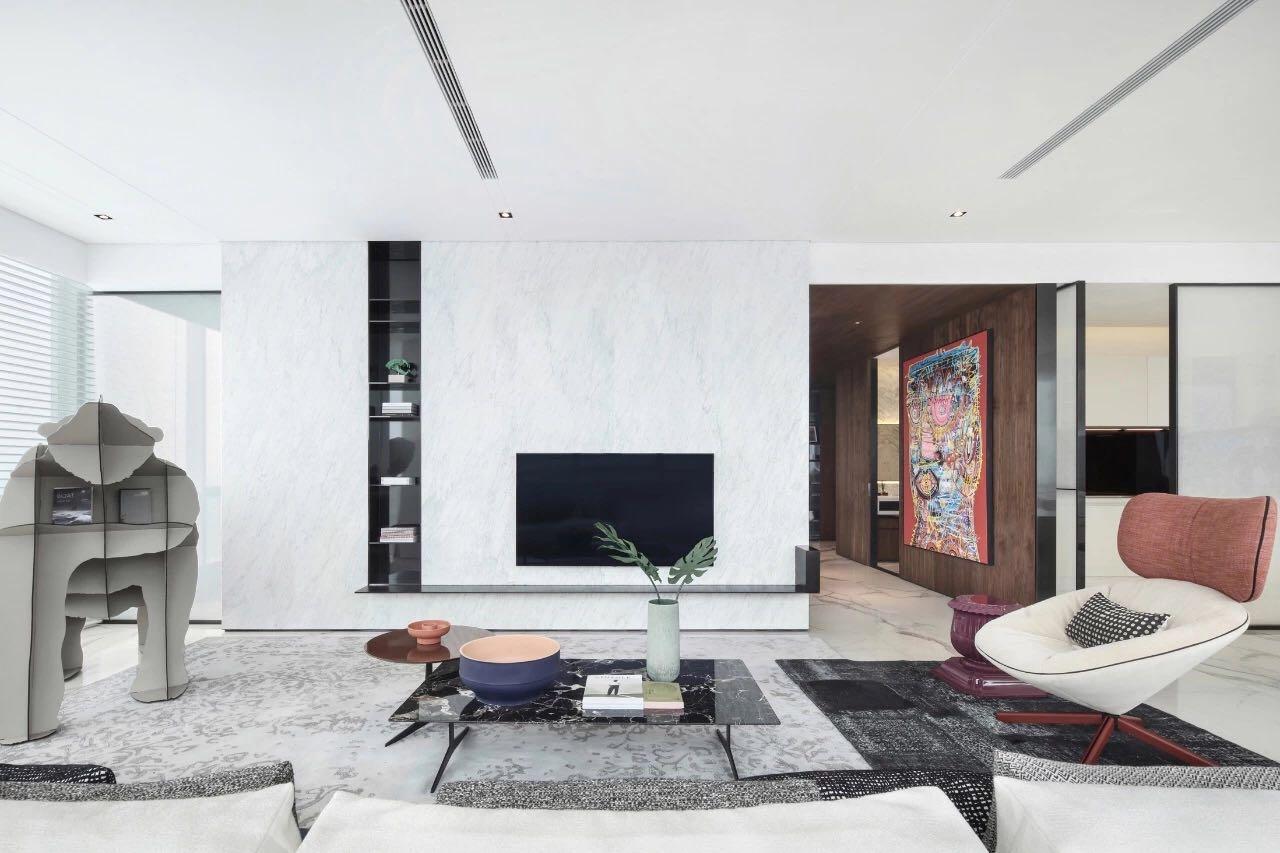 白色電視機背景牆讓客廳顯得更加高挑,黑色和白色的色彩搭配,形成了空間層次的對比。