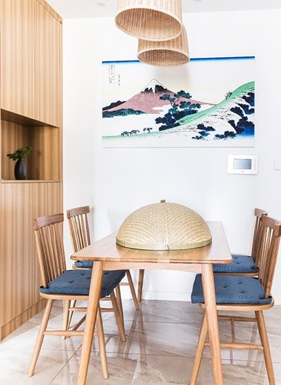 除了统一的原木风格的家具,竹编的盖子非常有趣,多了一份原生态的感觉。