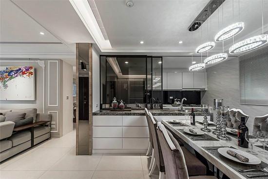 于厨房和备餐中岛间设置透视拉门,延长空间景深,也具阻挡油烟之效。