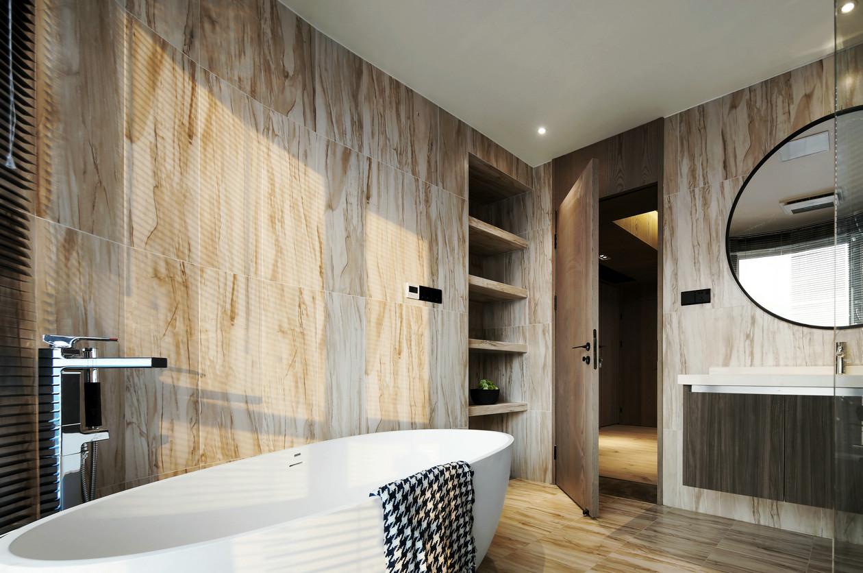 卫生间以木质为墙壁,更好的擦水渍,在这样的空间下浴池显得更外大气