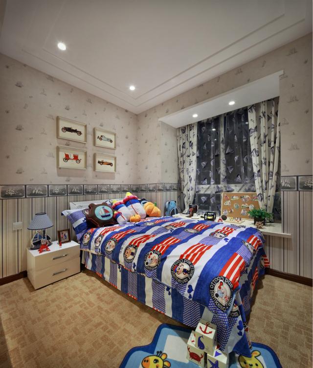 儿童房的设计略显俏皮,卡通布偶以及玩具照片墙等尽显满满的童趣。