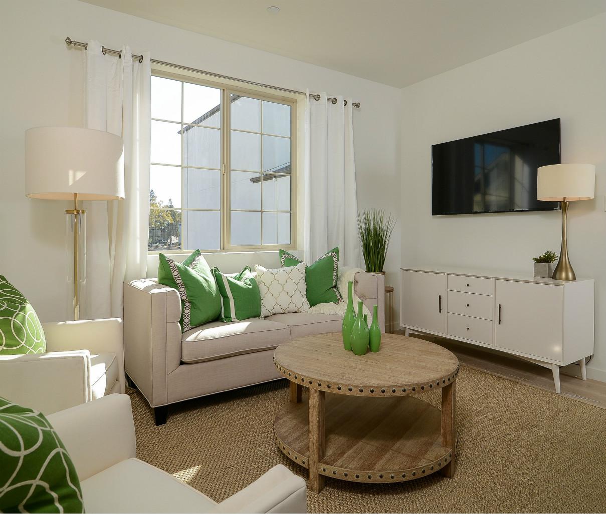 客厅,米白色的布艺沙发、沙发经典美式风格搭配,整个空间简约大气。