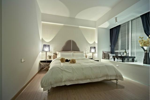 卧室空间很大,设计自由不拘泥于形式,飘窗上设计品酒区,黄昏坐在窗前品一杯酒,生活充满格调。