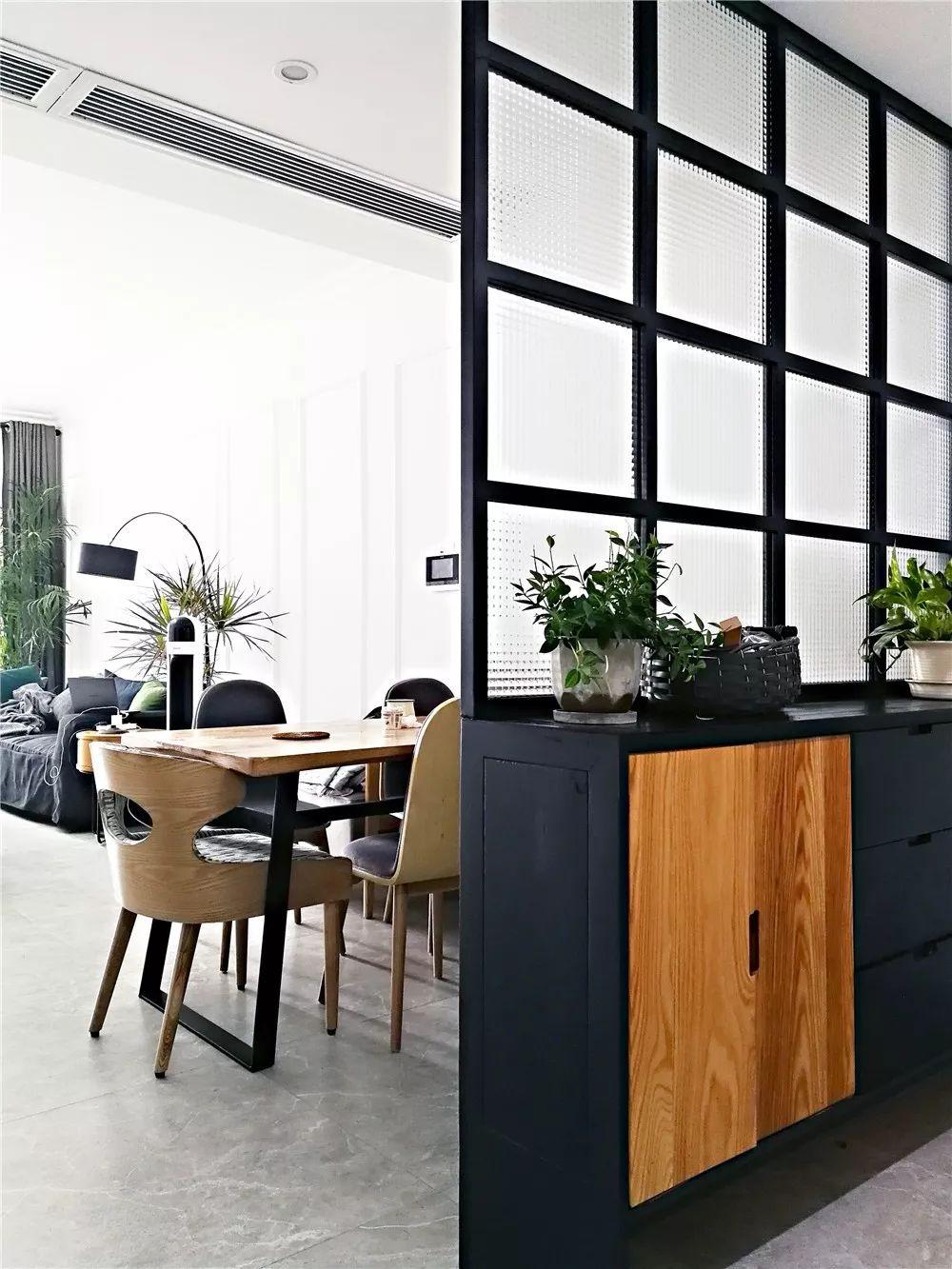 使用鞋柜+黑色方框柜当做隔断,双方格玻璃既能透光又能有私密性。