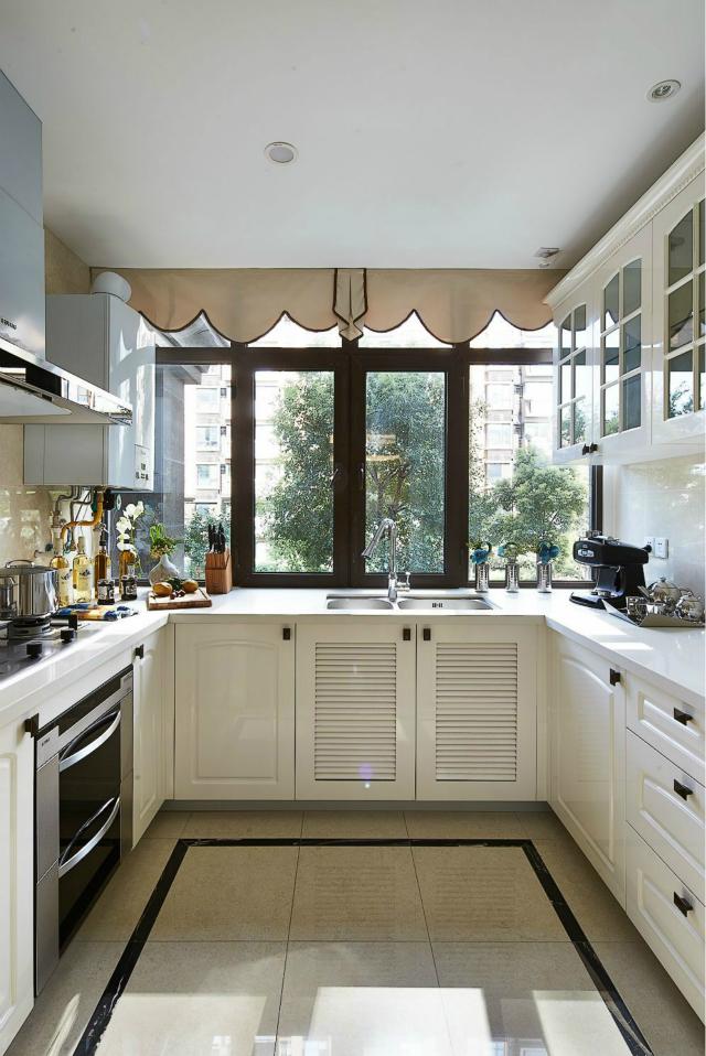 宽大的窗增加了室内的光线,精心设计的现代组合厨具会使你储物、取物更方便。