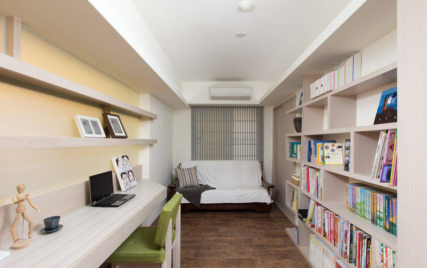 以机能取代实体隔间争取使用空间,可置入双人沙发床的宽裕,同时是家中的备用客房。