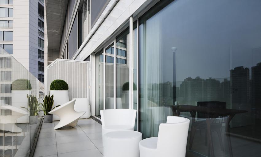 阳台的座椅和花器随意摆放,营造不羁又浪漫的氛围。
