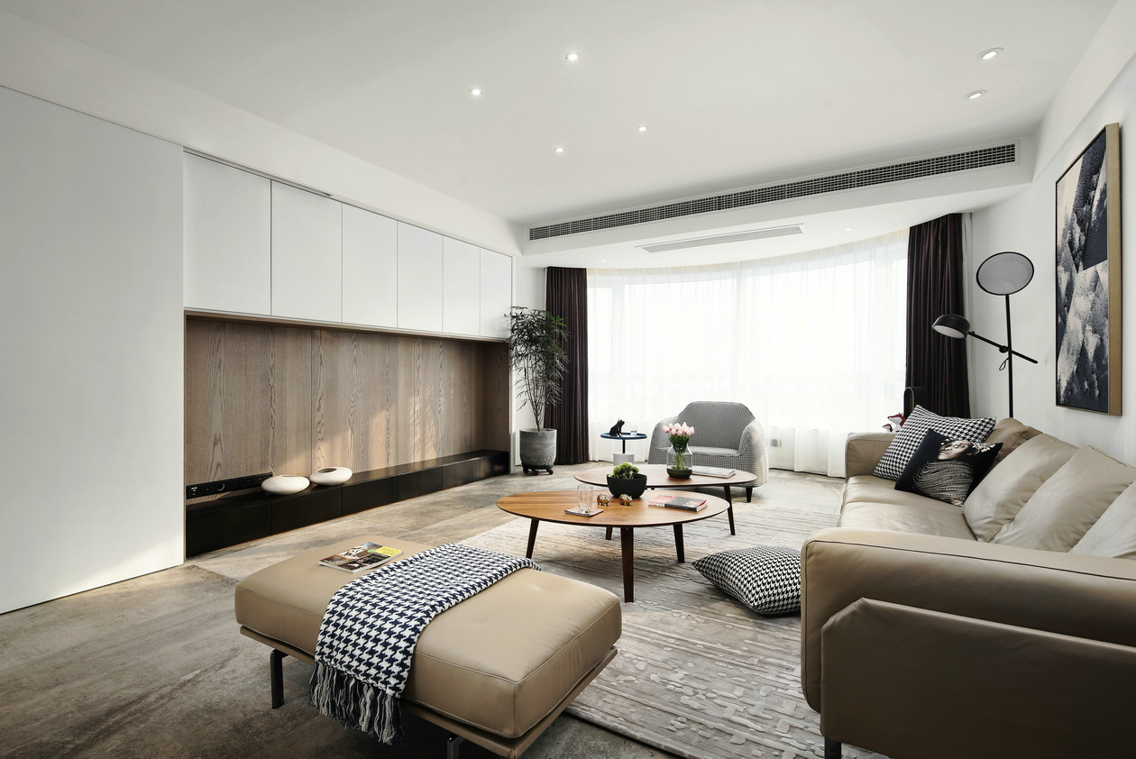 客厅面积不大,经过设计师的精心设计与家具的摆放之后,看起来通透明亮,整体设计有着清爽线条美