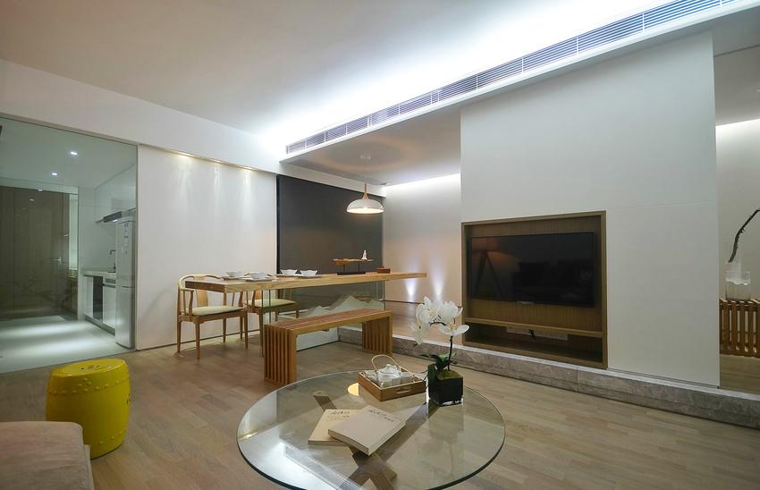 电视隔断墙将客厅一分为二,一部分是待客区,一部分是休闲区。