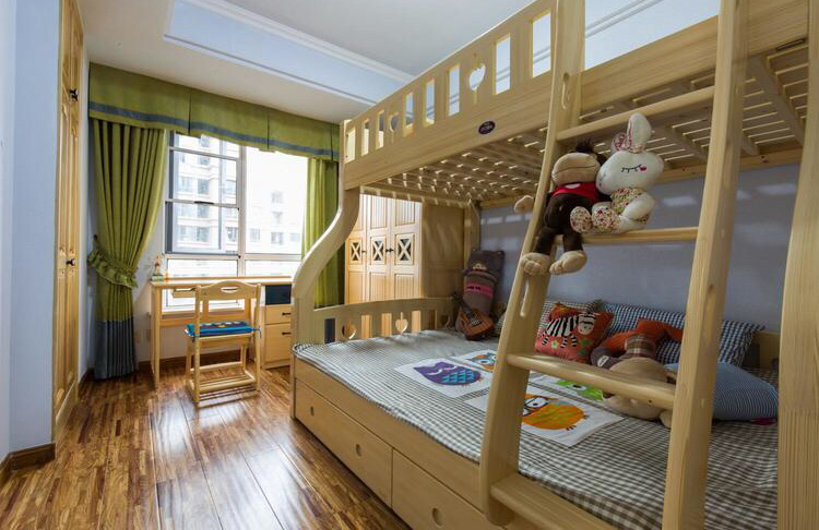 儿童房是上下两层的母子床,整体以木质为主,是孩子嬉戏最好的场所