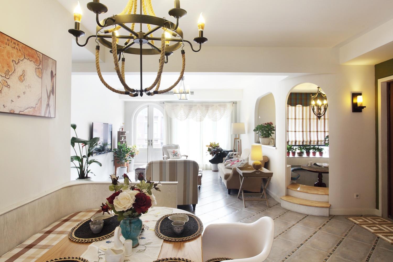 居室主人一定是个生活的很精致的人,客厅,阳台,很多边边角角都用鲜花点缀。