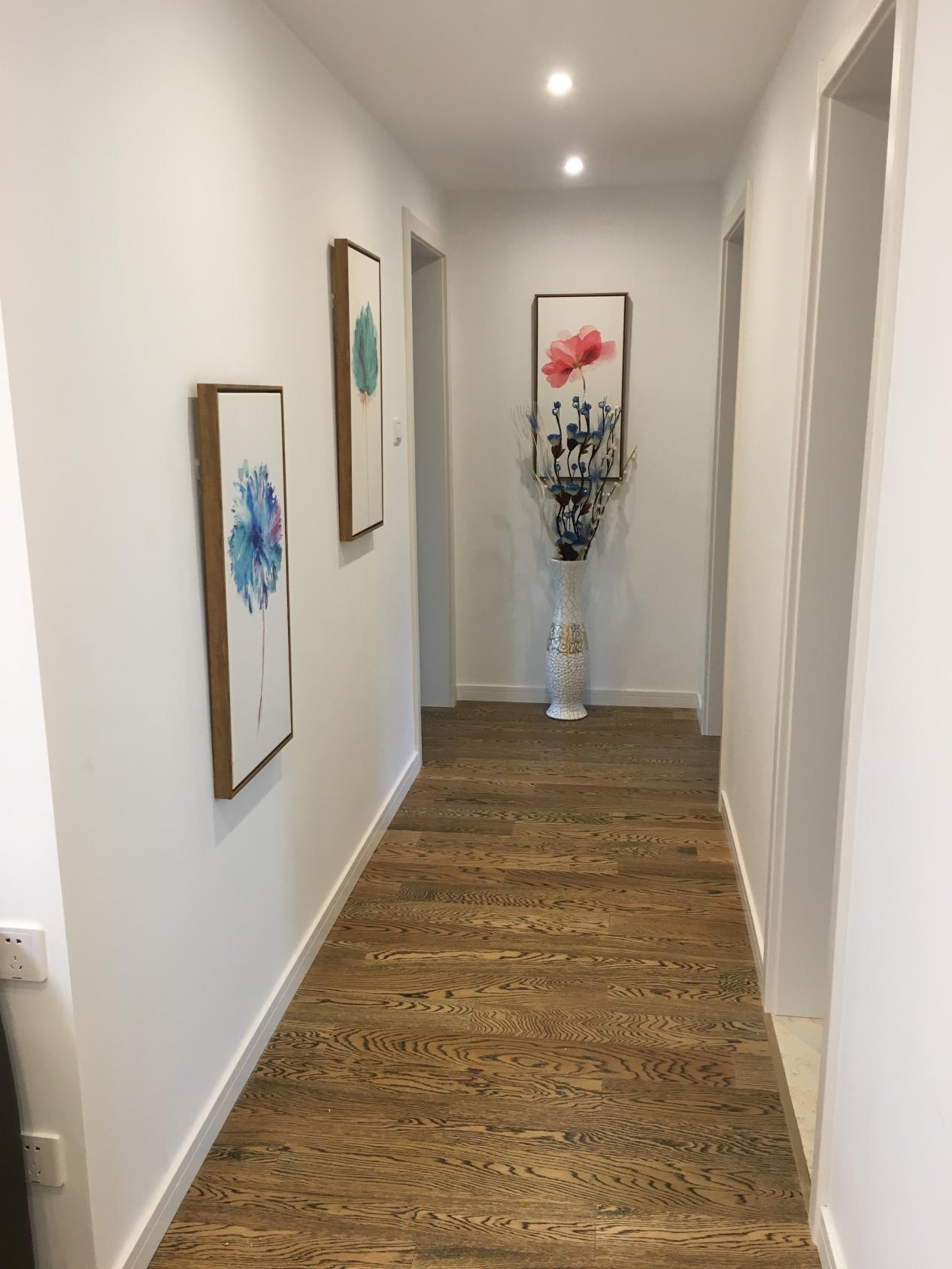 走廊虽然空间不大,但经过业主的精心装饰也很有艺术气息。