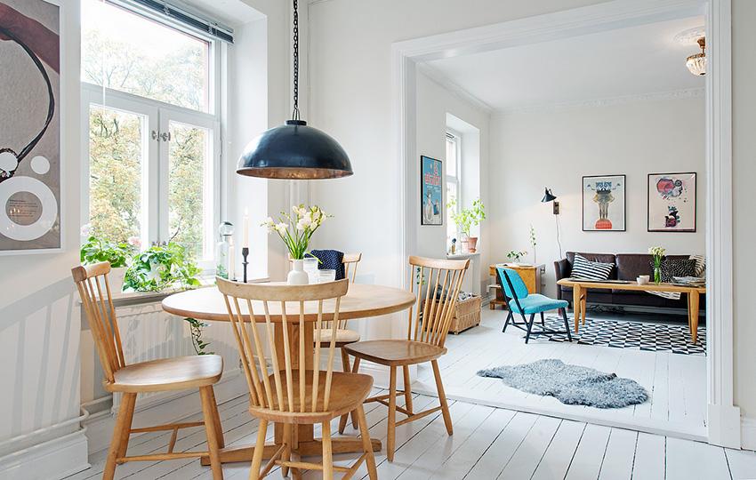 餐厅木制的座椅,很是大气,以及精致的吊灯,使整个餐厅简约时尚