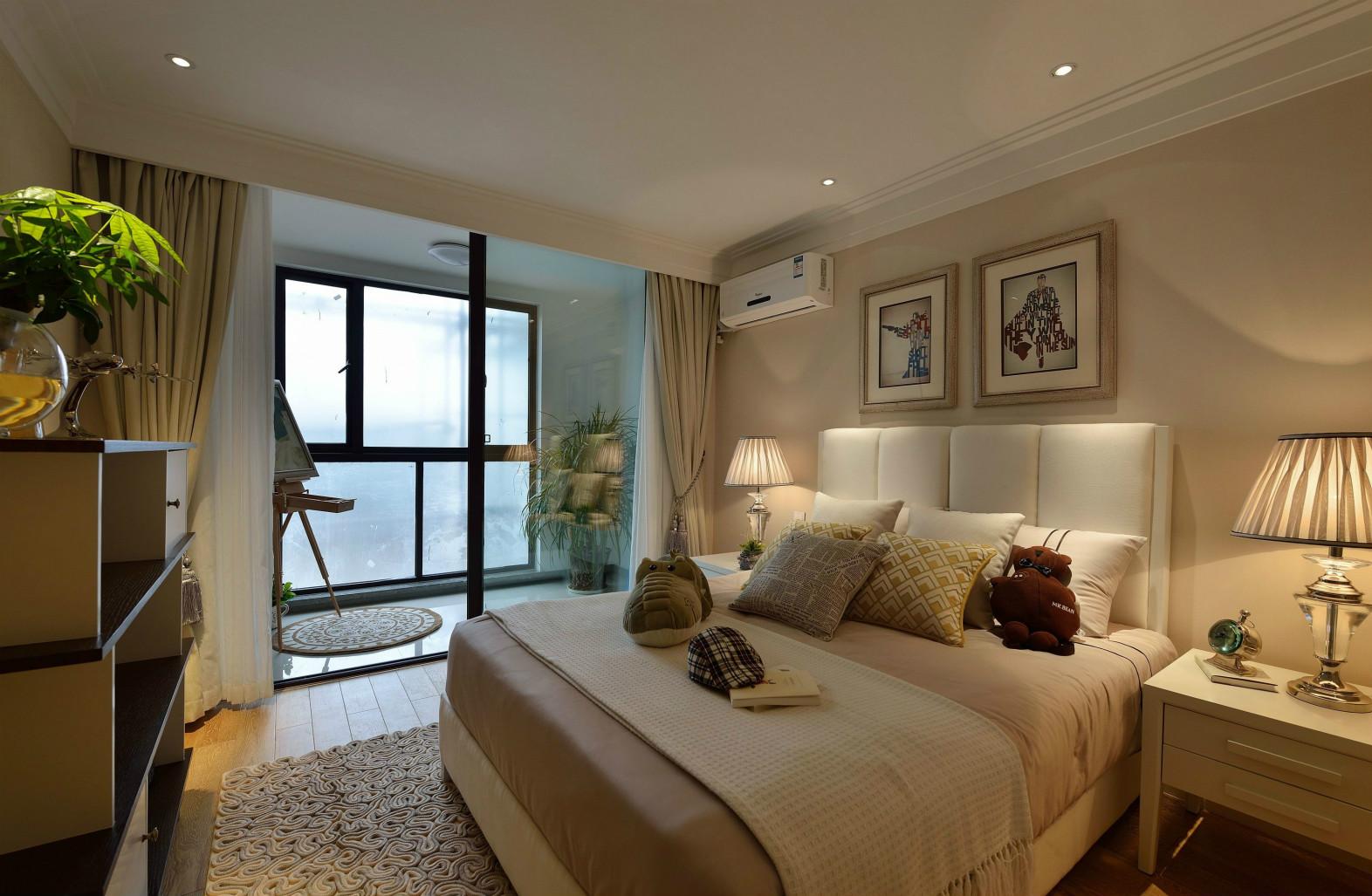 次卧浅色系为主,简单大方,落地窗让阳光充足的射进屋内。