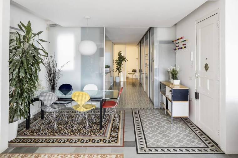 设计师在沙发背后,过道及多处都设计了储物柜,将杂物收纳,预留出更多空间供屋主使用。