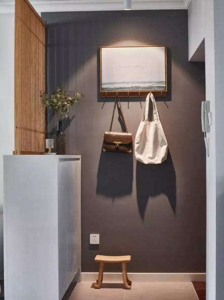 玄关空间虽小,但功能齐全,鞋柜、换鞋凳、挂衣钩、黑板留言墙,可满足进入家门一切动作的需求。