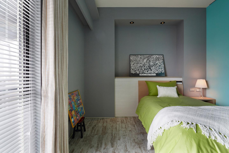 卧室是简约干净为主,卧室的灯光照明上也是暗灯,更好的保护眼睛。