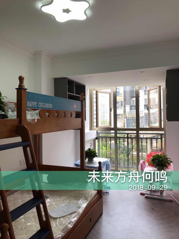 儿童房设计了母子床,大窗户保证了居室了光线,简单的绿植装扮让室内更显生机。