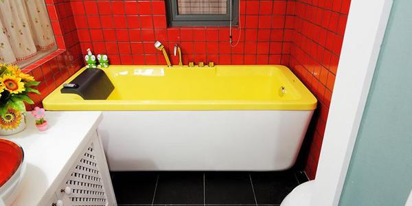 骚红的墙面和明亮的黄色浴缸,运用鲜艳的色彩碰撞出别样的奔放的激情。