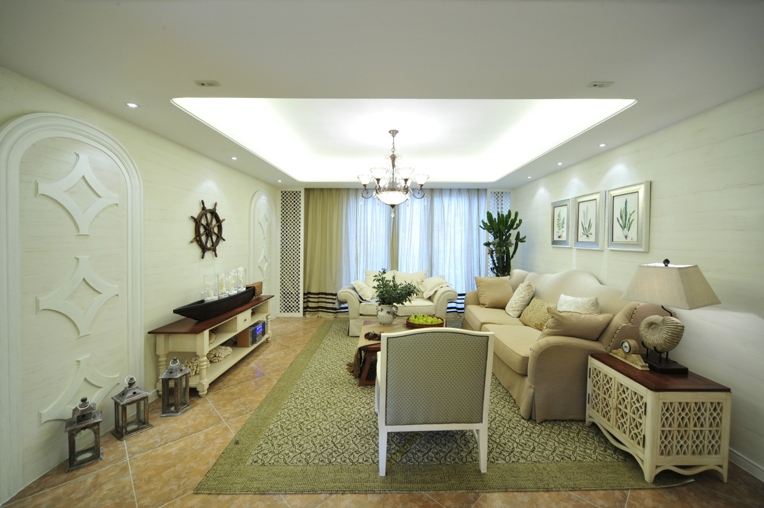 客厅的顶面则是在白色乳胶漆刷至而成的基础上搭配上黑色铁艺的做旧式的吊灯设计,很是别致