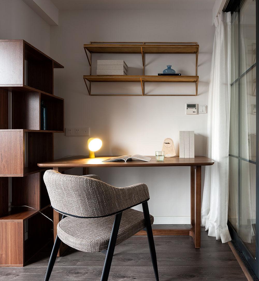 书写的区域没有做太多的硬装,一桌一椅一书架,配上金色的花架,提升空间质感。
